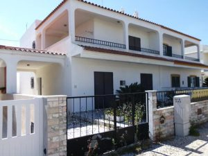 Moradia no Algarve com 2 pisos e 5 divisões Licite por 106169 euros 3