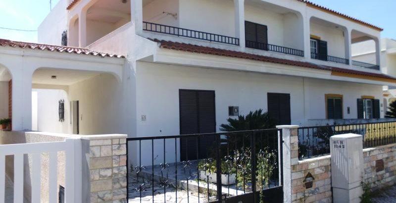 Moradia no Algarve com 2 pisos e 5 divisões Licite por 106169 euros 1