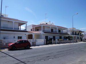 Moradia no Algarve com 2 pisos e 5 divisões Licite por 106169 euros 2