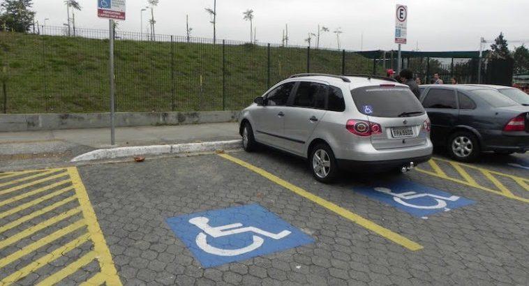 Estacionar em lugares para deficientes perde 2 pontos na carta 28